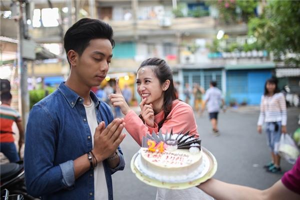 Trên phim trường, Đình Hiếu và Jun Vũ vô cùng thân thiết và cô nàng diễn viên xinh đẹp không hề bỏ qua cơ hội chọc phá bạn diễn của mình trong ngày sinh nhật.