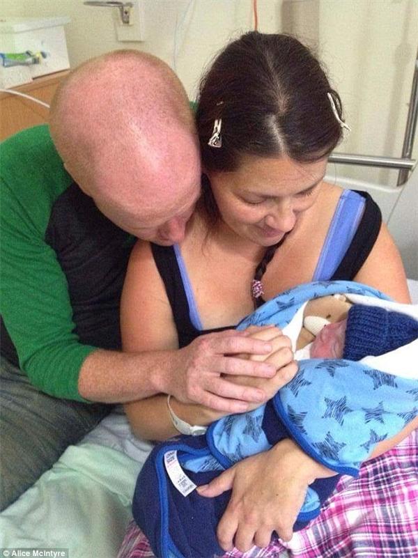 Tại sao một tấm hình gia đình hòa thuận yêu thương bình thường lại có thể khiến nhiều người cảm động đến vậy? (Ảnh Internet)