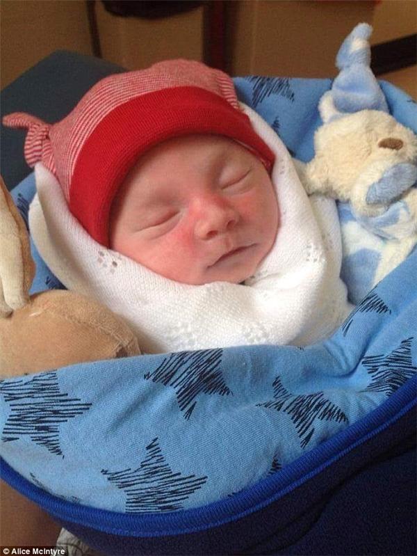 Từ lúc còn trong bụng mẹ, tim đứa bé đã ngừng đập. Nhưng nhìn bề ngoài, sẽ chẳng ai biết được điều đó, đứa bé cứ như đang ngủ và mơ một giấc yên bình. (Ảnh Internet)