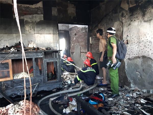 Cơ quan chức năng khám nghiệm hiện trường vụ cháy khiến hai em nhỏ tử vong. Ảnh: Internet