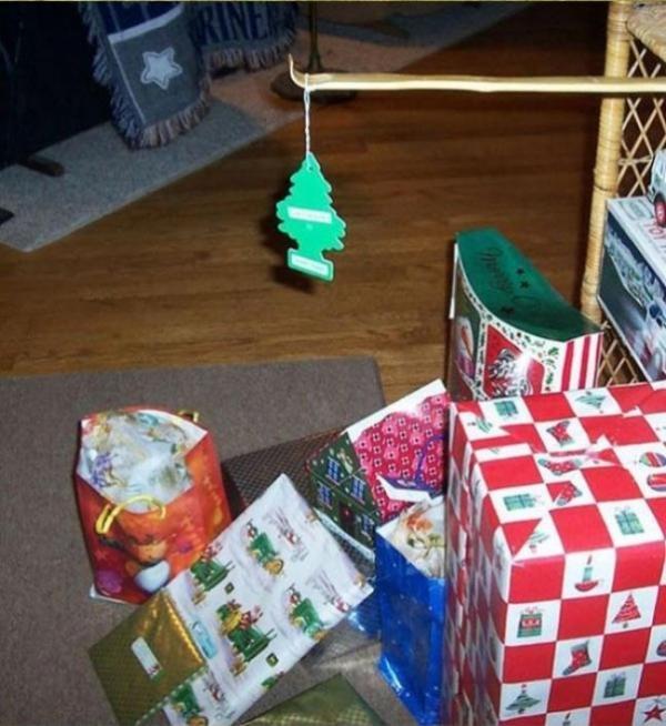 Trang trí cây thông làm gì cho vừa phiền vừa tốn tiền, lại chỉ chưng được vài tuần rồi phải tìm chỗ cất, cái quan trọng trong mùa Giáng sinh là... quà thôi.