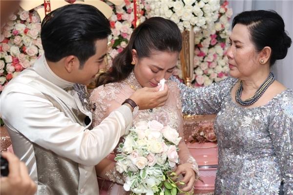 Chú rể Thanh Bình liên tục lau nước mắt và an ủi cô dâu. - Tin sao Viet - Tin tuc sao Viet - Scandal sao Viet - Tin tuc cua Sao - Tin cua Sao