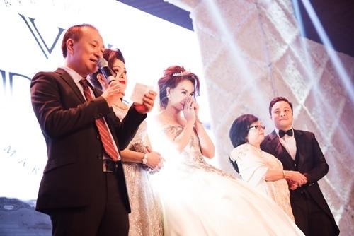 Đứng trên sân khấu, cô dâu Đinh Ngọc Diệp - Tin sao Viet - Tin tuc sao Viet - Scandal sao Viet - Tin tuc cua Sao - Tin cua Sao
