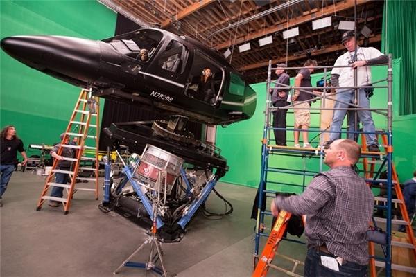 Bối cảnh trong các dự án phim của Marvel đều không quá công phu. Họ có thể tận dụng mọi địa điểm rồi sau đó sẽ chỉnh sửa bằng các hiệu ứng kĩxảo.Các thiết bị đạo cụ trong phim Captain America thường được bố trí trong một không gian khá hẹp.