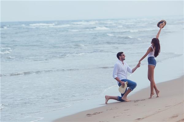 Lấy bối cảnh bãi biển xanh đầy thơ mộng cùng bờ cát trắng phau, cả hai chọn cách chụp ảnh gần gũi và đơn giản như một buổi hẹn hò đôi lứa lãng mạn. - Tin sao Viet - Tin tuc sao Viet - Scandal sao Viet - Tin tuc cua Sao - Tin cua Sao