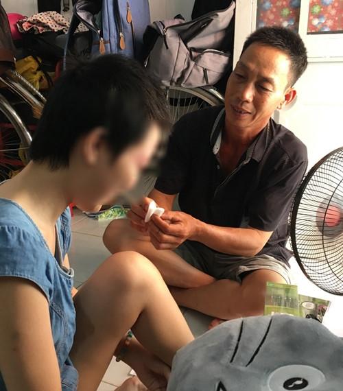 Người bố lặn lội lên Sài Gòn chăm sóc con gái.
