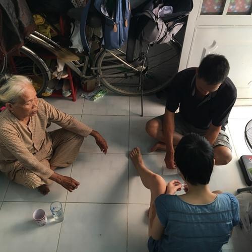 Cha và bà nội luôn bên cạnh động viên Hương.