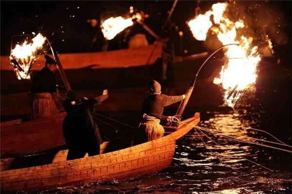 Ánh sáng từ ánh đèn đuốccộng thêmâm thanh của trống hoặc dùng mái chèo đánh vào các bên của thuyền sẽ thu hút nhiều cá hơn...