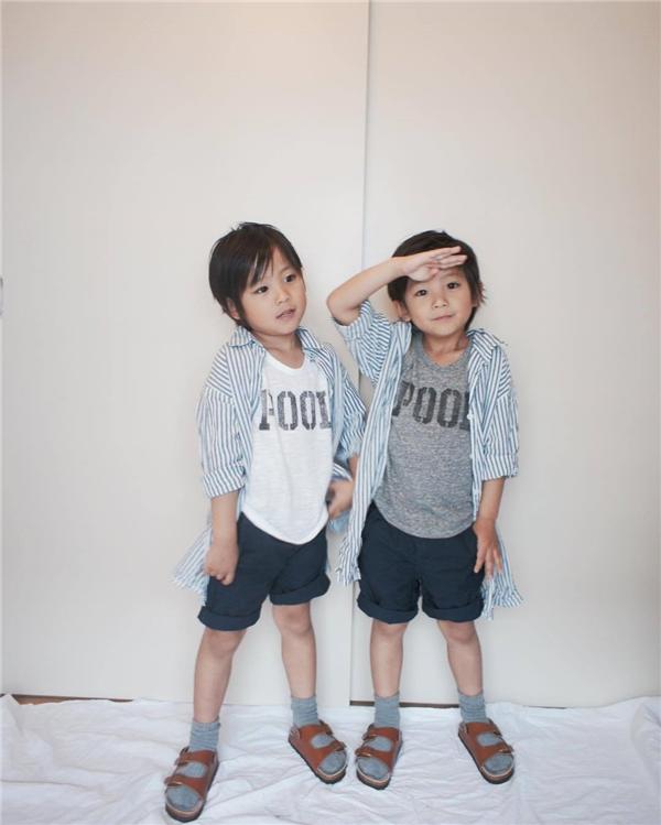 """Hai bé vừa có thể làm mặt ngầu đúng chất mẫu nam """"sang chảnh"""", vừa có thể hồn nhiên tươi cười toát lên vẻ trẻ con ngây thơ."""