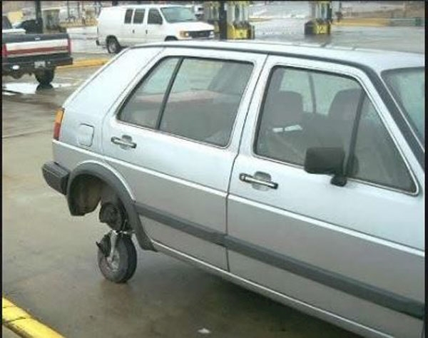 Đại gia ô tô mà không đủ tiền thay bánh xe sao ông anh?