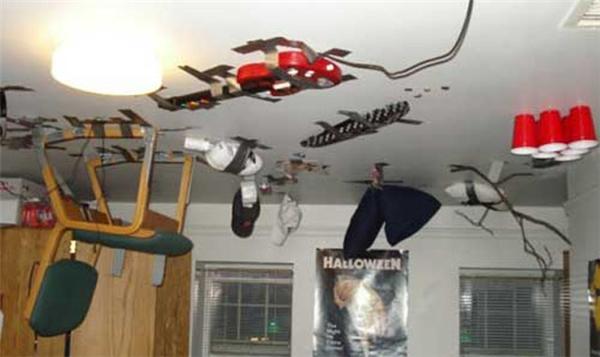 Thôi thì hãy xem như đây là một cách... trang trí trần nhà vậy.