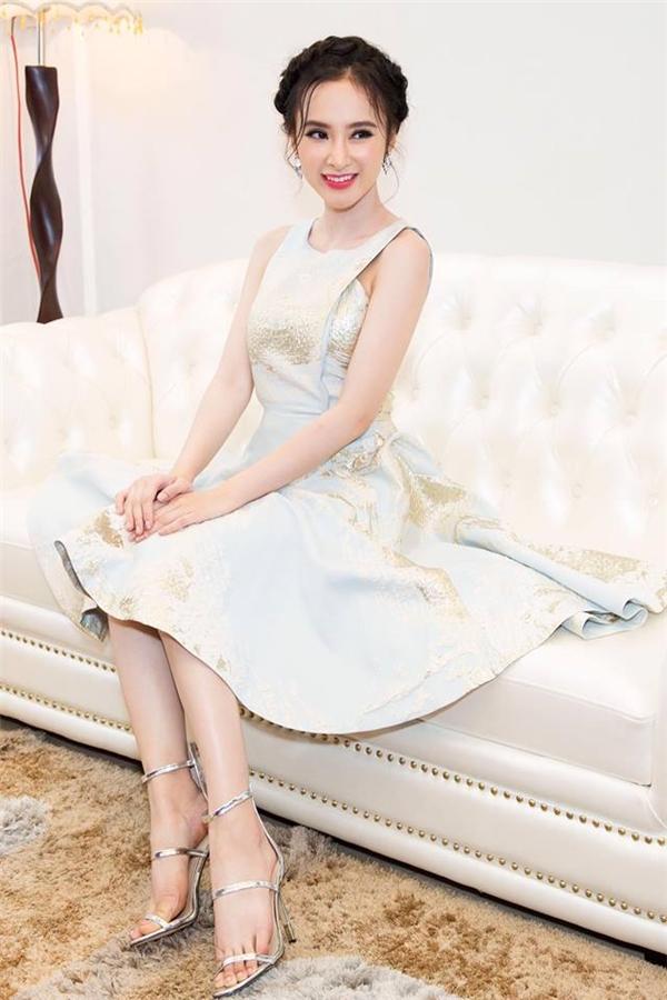 Angela Phương Trinh ngọt ngào, điệu đà với dáng váy xòe cổ điển của nhà thiết kế Phương My khi tham gia một sự kiện tại Đà Nẵng. Trong khoảng thời gian này, nữ diễn viên đang bận rộn cho nhiều dự án điện ảnh mới.
