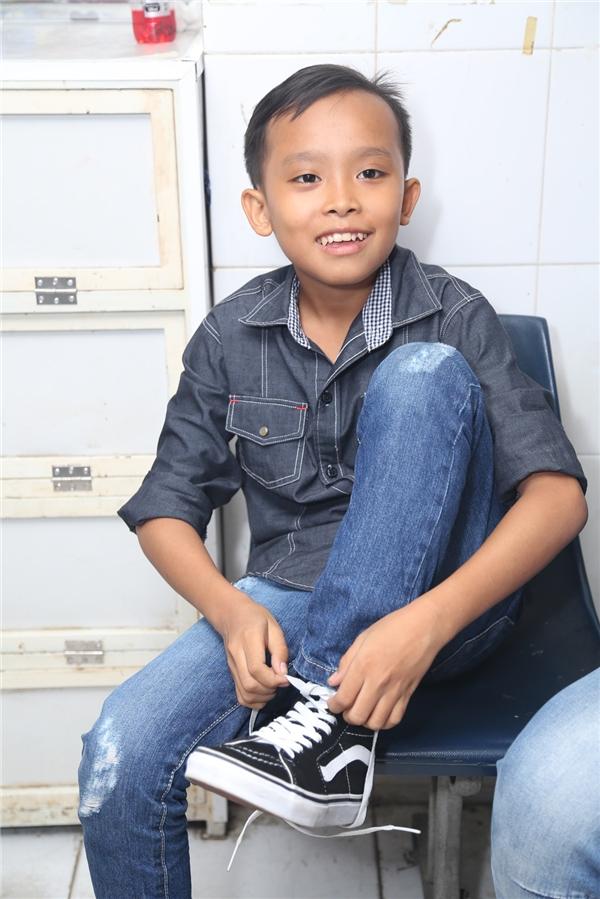 Sau khi đăng quang Vietnam Idols Kids, Hồ Văn Cường tỏ ra dạn dĩ và tự tin hơn khi tiếp xúc với người lạ. Cậu bé luôn nở nụ cười tươi tắn. - Tin sao Viet - Tin tuc sao Viet - Scandal sao Viet - Tin tuc cua Sao - Tin cua Sao