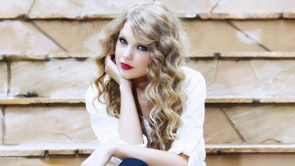 """Mái tóc xoăn vàng óng và phong cách thời trang kín đáo, nữ tính đã tạo nên một """"công chúa nhạc đồng quê"""" đình đám."""