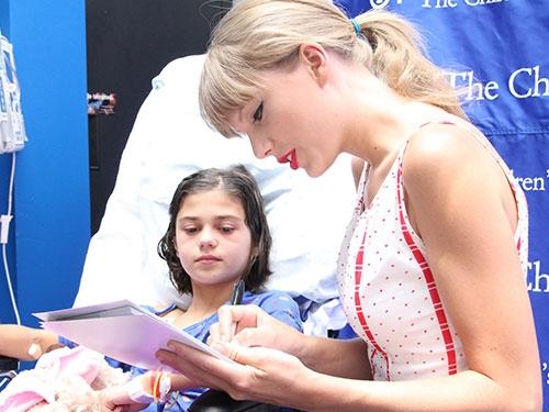 Nữ ca sĩ tích cực tham gia các hoạt động từ thiện.