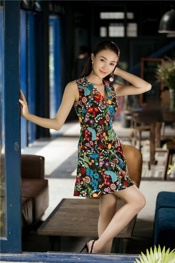 Bức tranh thiên nhiên mùa hạ với hoa lá đặc trưng của miền nhiệt đới được mang lên váy áo của Lê Hà với sự trộn phối mọi thứ một cách ngẫu nhiên, phóng khoáng. Với hai lớp nền đen trắng tương phản, Đỗ Long mang đến 2 dư vị khác biệt khi cùng sử dụng một nguồn cảm hứng chung.