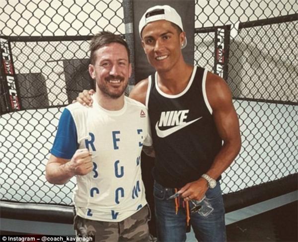 CR7 chụp ảnh cùng huấn luyện viên, đồng thời là bạn của McGregor là John Kavanagh ở phòng tập tại Vegas.