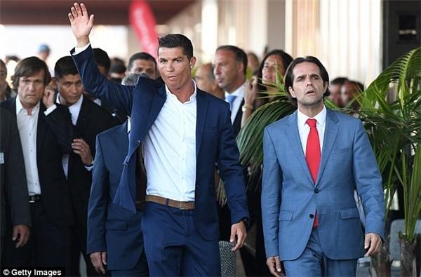 """Trong khi, Cristiano Ronaldo có mùa hè bận rộn. Tên của anh được đặt cho sân bay ở Funchal, Madeira - nơi sinh của CR7. Tại đây, anh đã mở khách sạn 5 sao mang tên """"Hotel Pestana CR7""""."""