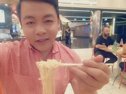 Là nam ca sĩ hải ngoại nổi tiếng và có nhiều năm sinh sống tại Mỹ, tuy nhiên Quang Lê cho biết món ăn nhanh mà anhyêu thíchlà mì gói, bởi sự tiện lợi và khẩu vị hấp dẫn của nó. - Tin sao Viet - Tin tuc sao Viet - Scandal sao Viet - Tin tuc cua Sao - Tin cua Sao