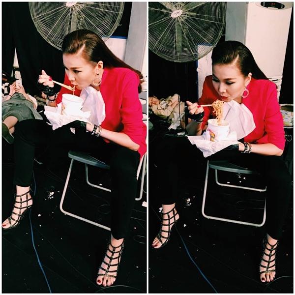 """Cách đây chưa lâu, trên trang cá nhân của mình, siêu mẫu Thanh Hằng đã làm """"nức lòng"""" người hâm mộ với hình ảnh cô ngồi trong hậu trường và thoải máitận hưởng ly mì gói. Bạn thân Hồ Ngọc Hà thổ lộ rằng đây là món ăn """"cao lương mĩ vị"""" mà cô ưa chuộng nhất. - Tin sao Viet - Tin tuc sao Viet - Scandal sao Viet - Tin tuc cua Sao - Tin cua Sao"""