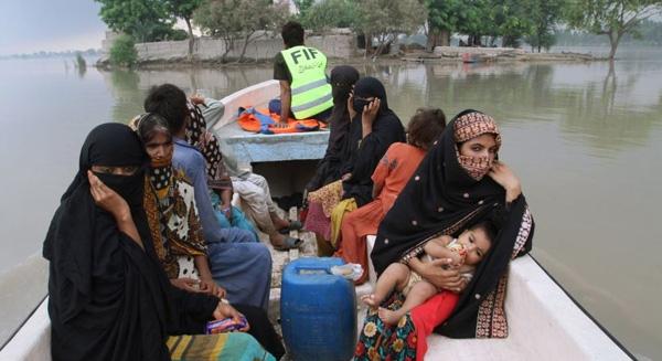 Các tình nguyện viên giải cứu dân làng khỏi khu vực lũ lụt ở Layyah, Pakistan.