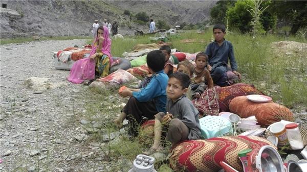 Gia đình cậu bé này đang chờ cứu trợ sau trận lũ lụt ở Chitral, Pakistan.