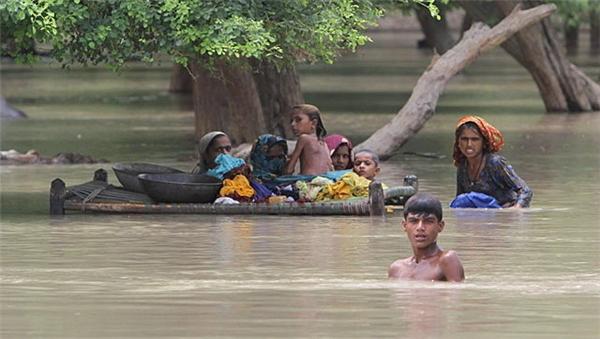 Người dân tại Rajanpur, Pakistan giữa dòng nước lũ.