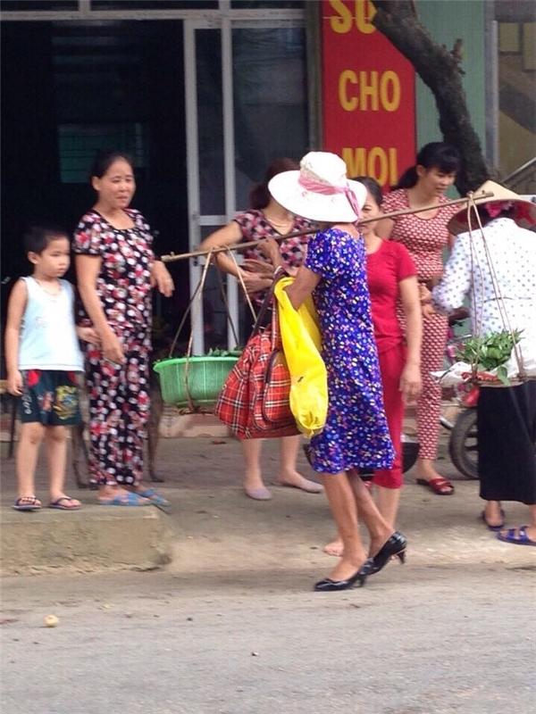 """Cô bán rau """"chất"""" nhất Lào Cai.(Ảnh: Laocaionline.com)"""