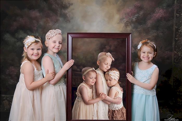Nếu khi thực hiện bức ảnh đầu, cả 3 đứa trẻ chỉ là những người xa lạ, thì giờ đây chúng đã là chị em thân thiết, có mối liên kết mãi mãi không thay đổi.