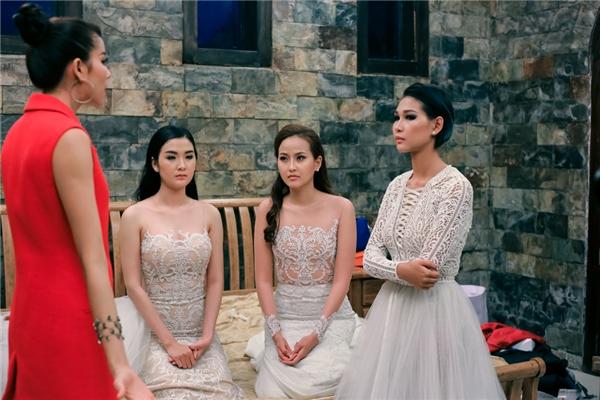 Ở những tập sau, người đẹp tiếp tục gây tranh cãi khi khiển trách Diệp Linh Châu đi muộn nhưng lại mắc phải lỗi tương tự.