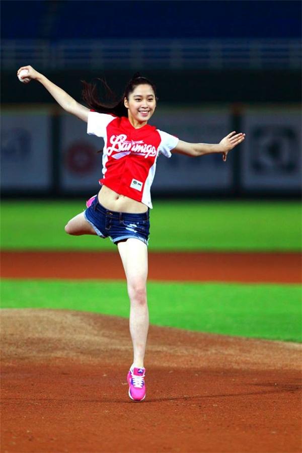 Ni Ni trở thành hiện tượng nhờmột lần cô nàng thể hiện một cú nhào lộn,ném bóng chày, kết hợp với nhảy múa.