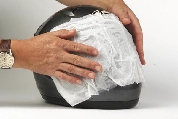 Phần kính che nên lau chùi thật sạch để giúp bạn có được tầm nhìn rõ nhất.