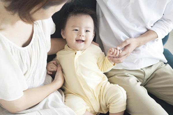 Ở các nước, con nuôi thường là những đứa trẻ còn non nớt, chưa có nhận thức rõ về bố mẹ chúng.
