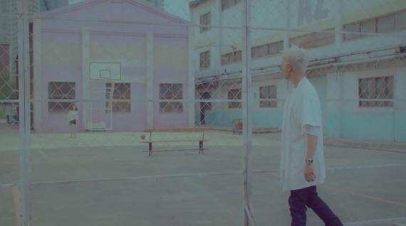 Trùng hợp thay, đây cũng chính là tạo hình của T.O.P trong MV Let's not fall in love (0:00 đến 0:18). - Tin sao Viet - Tin tuc sao Viet - Scandal sao Viet - Tin tuc cua Sao - Tin cua Sao