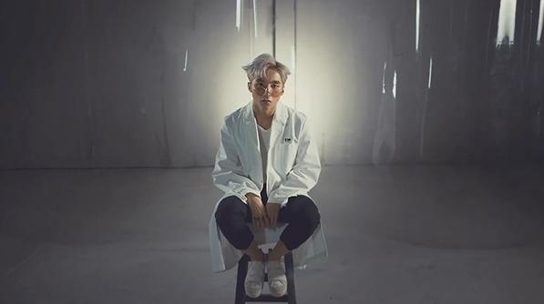 Cụ thể, từ giây 0:03 đến 0:07 trong teaser mới, Sơn Tùng được tạo hình với mái tóc vuốt ngược, mặc áo trắng,áo khoác dài cùng màu và quần lửng. - Tin sao Viet - Tin tuc sao Viet - Scandal sao Viet - Tin tuc cua Sao - Tin cua Sao