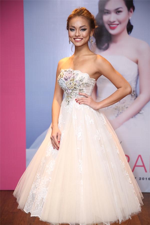 Nữ người mẫu mang đến vẻ ngoài ngọt ngào, bắt mắt khi diện váy xòe cúp ngực như công chúa. Trong đêm tiệc, Mai Ngô cũng dành thời gian để trả lời phỏng vấn của báo chí liên quan đến các câu chuyện xảy ra tại The Face Vietnam 2016.
