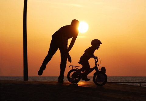 Cha là người suốt cuộc đời hi sinh vì các con. Ảnh: Internet