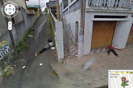 Một góc phố được chụp lại với nhiều thi thể rải rác.