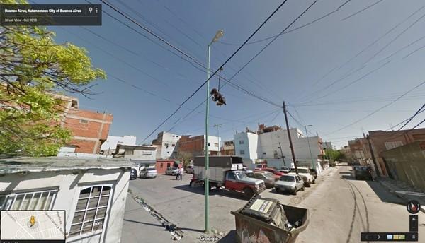 Thú nhồi bông được treo lên dây điện trong thành phố một cách bí ẩn.