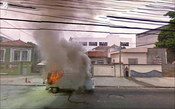 Chiếc xe tải bốc hỏa kinh hoàng mà không rõ nguyên nhân.