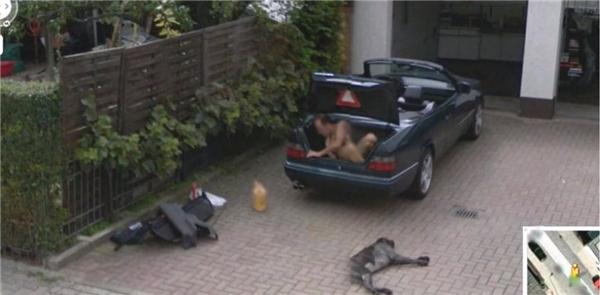 Một người đang ông khỏa thân đang vội vàng chui khỏi cốp xe.