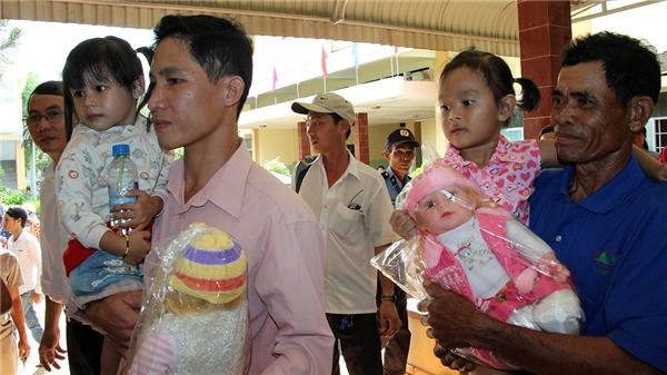Hai cháu Ngọc Yến (trái) và Lan Anh được người thân đưa đến buổi hòa giải.