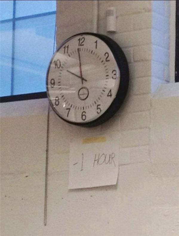 Đồng hồ chạy nhanh 1 tiếng nhé mọi người, khỏi phải chỉnh mất công.
