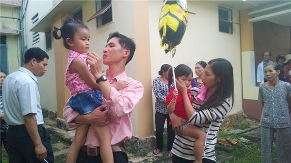 Niềm vui của hai gia đình sau khi nhận lại con.
