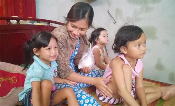 Hai đứa bé bị trao nhầm: cháu NgọcYến (áo xanh, con ruột chị Trang) và cháu Lan Anh (áo tím, con ruột chị Liên), chơi với nhau rất thân ngay từ lần đầu gặp gỡ.