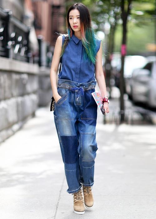 """""""Mẹo"""" để diện một cây xanh thậtchấtchính là kết hợp nhiều sắc xanh khác nhau để tạo điểm nhấn cho bộ trang phục."""