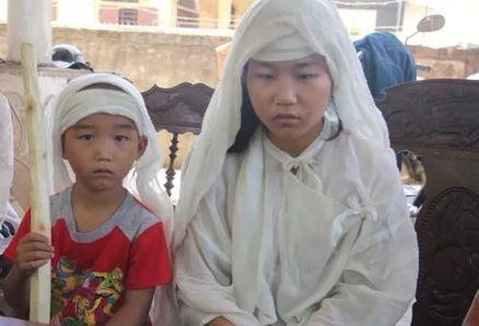 Sau khi hoàn thành kì thi THPT Quốc gia, ngay lập tức Huyền về nhà chịu tang mẹ. Ảnh: Internet