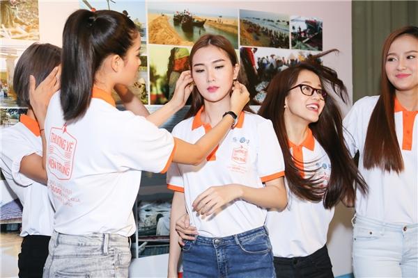 Hoa hậu Hoàn vũ Việt Nam 2015 tận tình chăm sóc cho các họ trò. - Tin sao Viet - Tin tuc sao Viet - Scandal sao Viet - Tin tuc cua Sao - Tin cua Sao