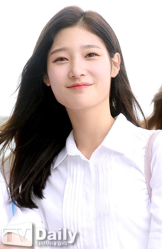 """Được mệnh danh là """"tiểu Suzy"""", Chaeyeon trở thành tâm điểm của truyền thông nhờ vẻ ngoài xinh đẹp và rạng rỡ tại sân bay."""