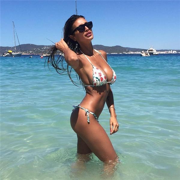 Buccino trông vô cùng gợi cảm trong những bộ bikini khoe dáng triệt để.